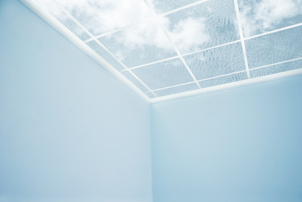 Ciel bleu avec nuage à travers toit transparent